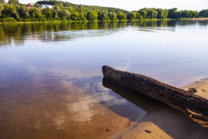 Schöne Landschaft mit einem ruhigen Fluss lizenzfreies stockfoto