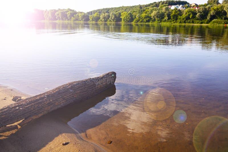 Schöne Landschaft mit einem ruhigen Fluss stockfotografie