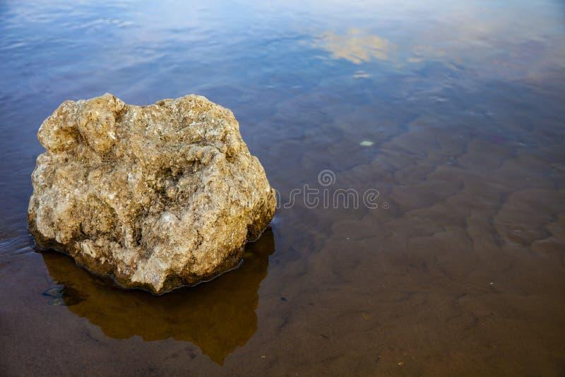 Schöne Landschaft mit einem ruhigen Fluss stockfoto