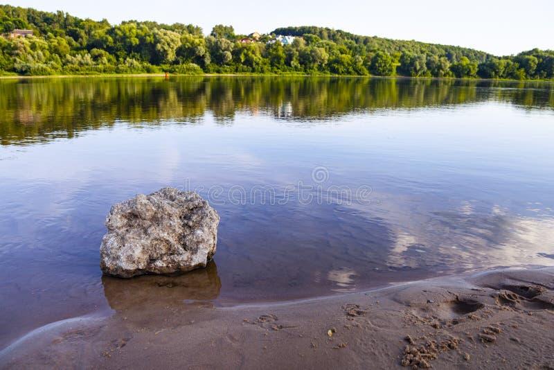 Schöne Landschaft mit einem ruhigen Fluss stockfotos