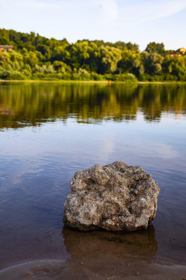 Schöne Landschaft mit einem ruhigen Fluss stockbild