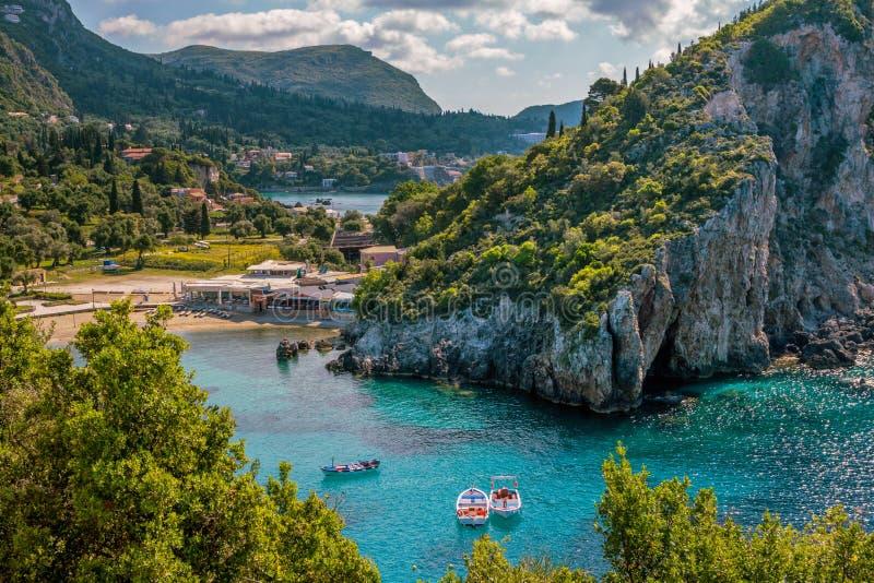 Schöne Landschaft mit Meereslagune, Strand, bunte Boote auf Türkiswasseroberfläche stockbild
