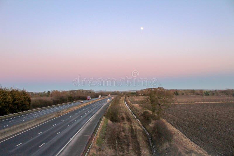 Schöne Landschaft mit Mond stockfoto