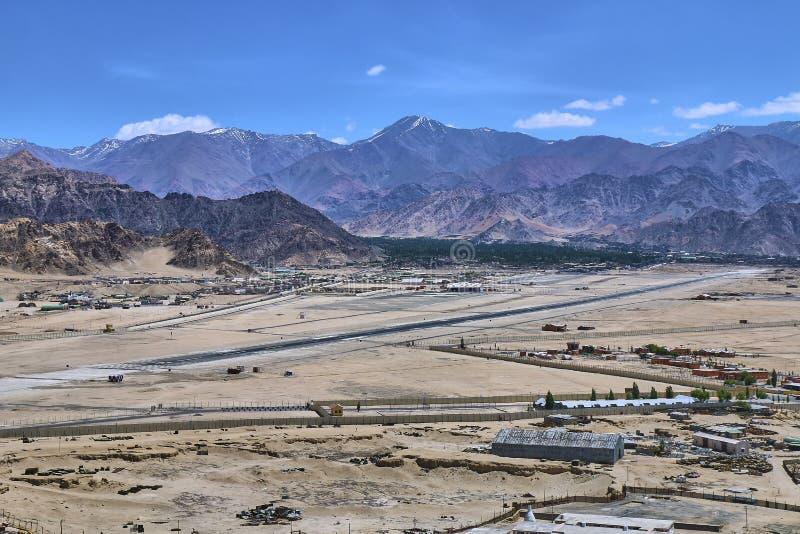 Schöne Landschaft mit Schnee bedeckte Himalaja-Berge und einen Leh-Flughafen in Ladakh, Indien mit einer Kappe lizenzfreie stockfotografie