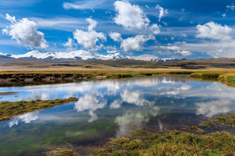 Schöne Landschaft mit schneebedeckten Bergen, Fluss und blauem Himmel lizenzfreie stockfotografie