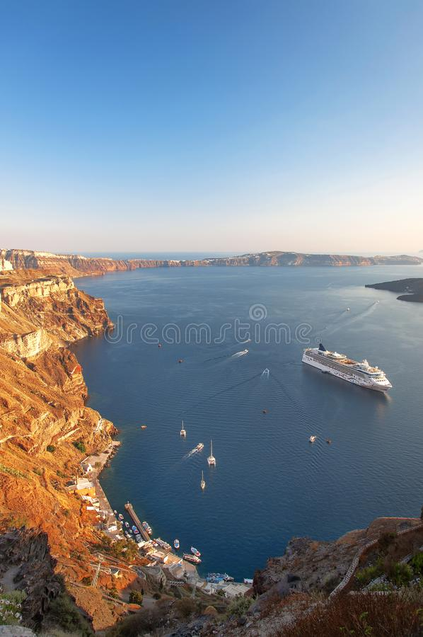Schöne Landschaft mit Seeansicht über den Sonnenuntergang Kreuzfahrtschiff im Ägäischen Meer, Thira, Santorini-Insel, Griechenlan lizenzfreies stockfoto