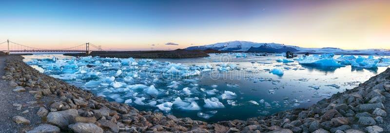 Schöne Landschaft mit sich hin- und herbewegenden Eisbergen in der Jokulsarlon-Gletscherlagune bei Sonnenuntergang stockfoto