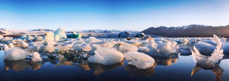 Schöne Landschaft mit sich hin- und herbewegenden Eisbergen in der Jokulsarlon-Gletscherlagune bei Sonnenuntergang stockbilder