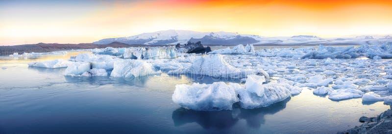 Schöne Landschaft mit sich hin- und herbewegenden Eisbergen in der Jokulsarlon-Gletscherlagune bei Sonnenuntergang lizenzfreie stockfotos