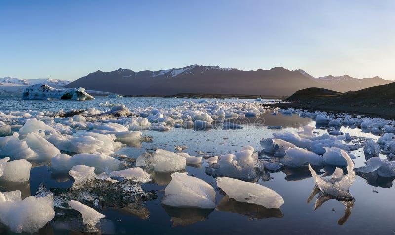 Schöne Landschaft mit sich hin- und herbewegenden Eisbergen in der Jokulsarlon-Gletscherlagune bei Sonnenuntergang stockbild