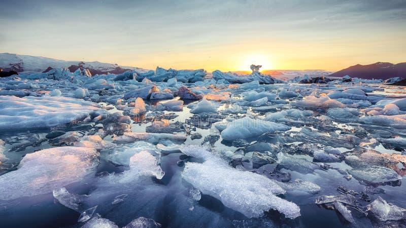 Schöne Landschaft mit sich hin- und herbewegenden Eisbergen in der Jokulsarlon-Gletscherlagune bei Sonnenuntergang stockfotografie