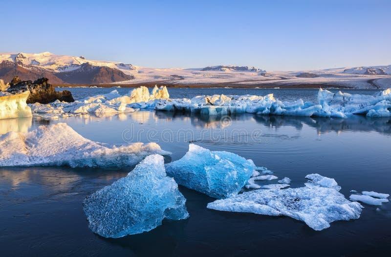 Schöne Landschaft mit sich hin- und herbewegenden Eisbergen in der Jokulsarlon-Gletscherlagune bei Sonnenuntergang lizenzfreie stockfotografie