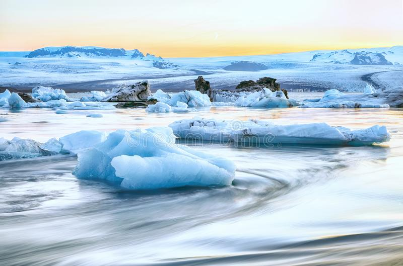Schöne Landschaft mit sich hin- und herbewegenden Eisbergen in der Jokulsarlon-Gletscherlagune bei Sonnenuntergang stockfotos