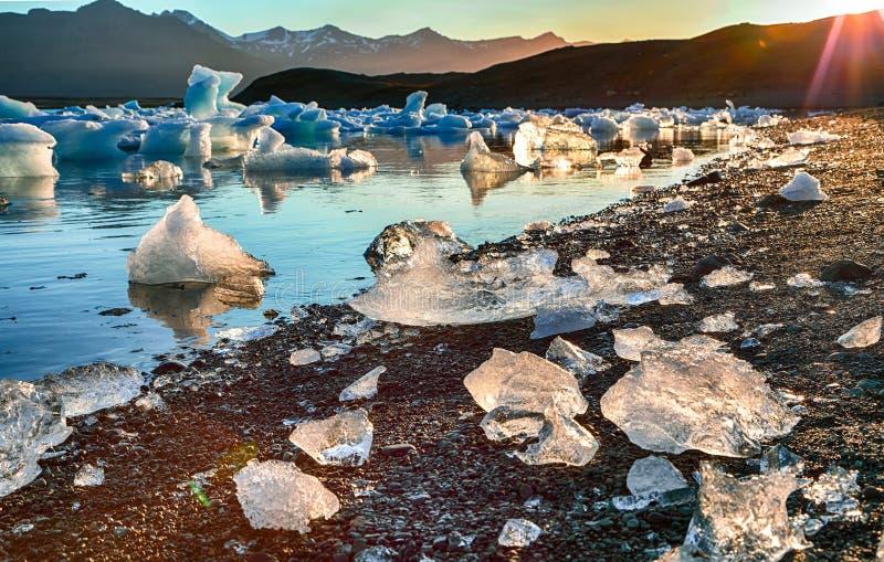 Schöne Landschaft mit sich hin- und herbewegenden Eisbergen in der Jokulsarlon-Gletscherlagune bei Sonnenuntergang lizenzfreies stockbild