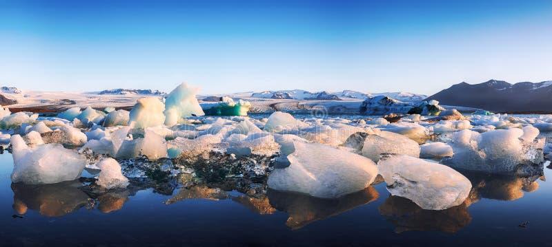 Schöne Landschaft mit sich hin- und herbewegenden Eisbergen in der Jokulsarlon-Gletscherlagune bei Sonnenuntergang lizenzfreie stockbilder