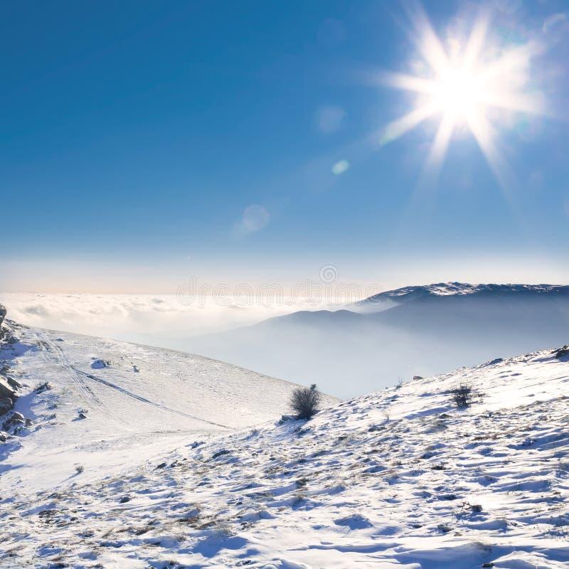 Schöne Landschaft mit snow-covered Bergen stockfotos