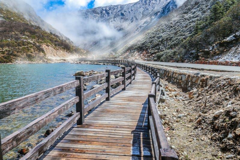 Schöne Landschaft mit Weise zwischen Steinen und See lizenzfreie stockbilder