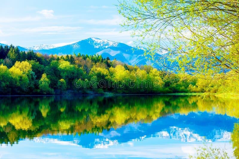 Schöne Landschaft, See- und Schneeberg im Hintergrund Slowakei Liptovska Mara, in der Region Liptov lizenzfreie stockbilder