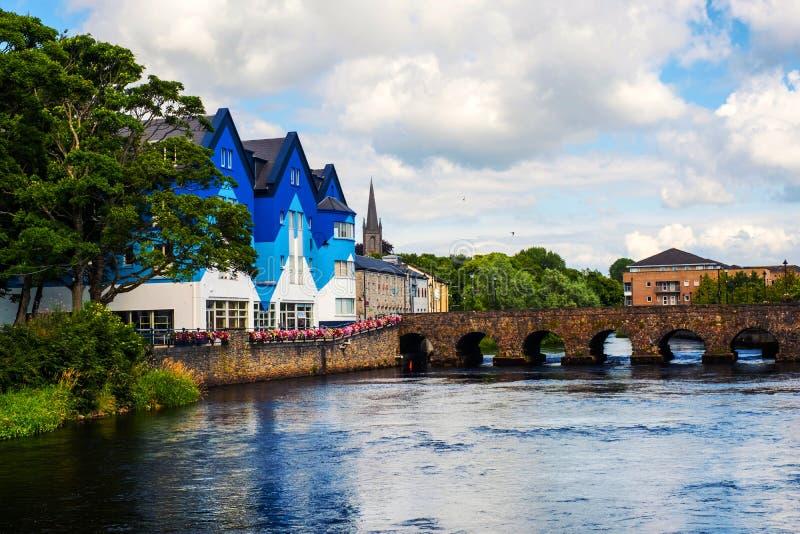 Schöne Landschaft in Sligo, Irland mit Fluss und bunten Häusern lizenzfreie stockfotografie
