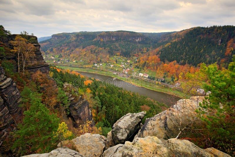Schöne Landschaft, Stein über Labe-Fluss, Waldsonnenuntergang, tschechischer Nationalpark Ceske Svycarsko Herbstnatur des nebelha lizenzfreies stockfoto