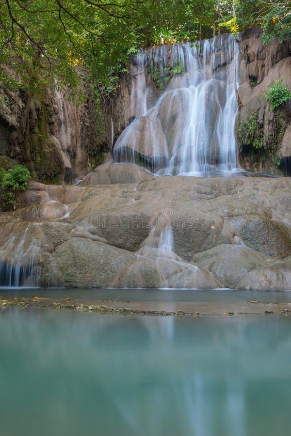 Schöne Landschaft tropischen Saiyok-Wasserfalls lizenzfreie stockfotografie