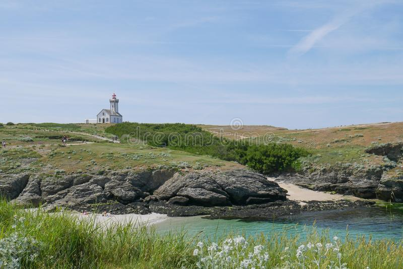 Schöne Landschaft und Naturschutzgebiet von Schönheit-Ile-en-MER mit Leuchtturm an Pointe DES Poulains, Bretagne, Frankreich stockbilder