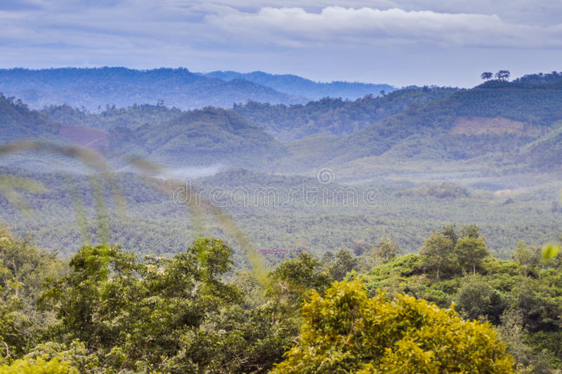 Schöne Landschaft von der Spitze des Hügels lizenzfreie stockfotos