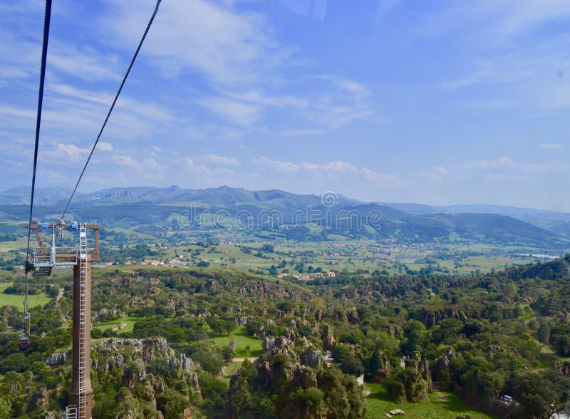 Schöne Landschaft von Feldern und von Berg in Kantabrien stockfotografie