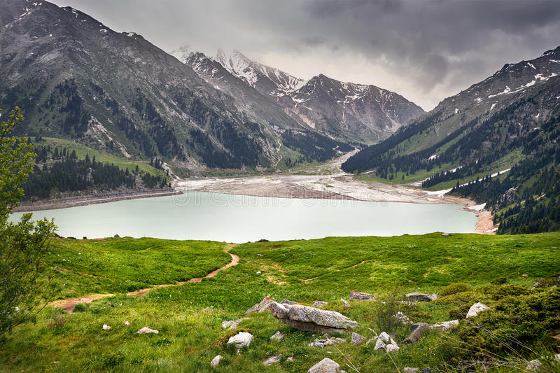 Schöne Landschaft von Gebirgssee lizenzfreie stockfotos