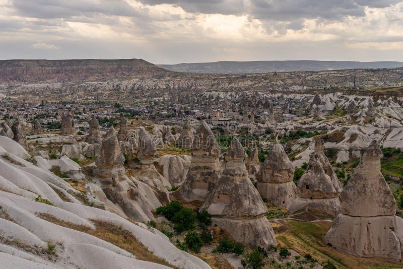 Schöne Landschaft von Goreme-Dorf in Cappadocia, zentrale Anatolien-Region, die Türkei lizenzfreies stockfoto