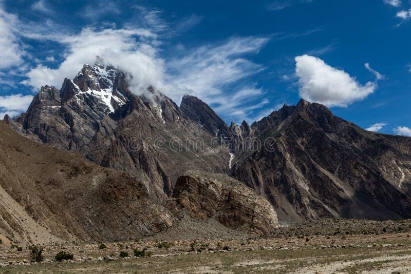 Schöne Landschaft von Himalaja-Gebirgszug auf dem Weg K2 zum niedrigen Lager, Pakistan lizenzfreie stockbilder