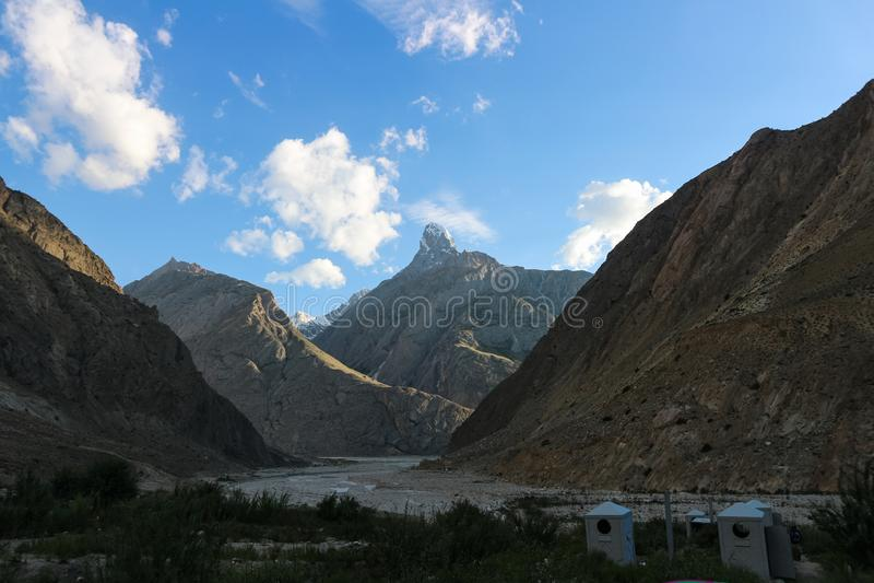 Schöne Landschaft von Karakorum-Berg im Sommer, Laila Peak und Gondogoro-Gletscher Khuspang kampieren, K2 Wanderung, Pakistan lizenzfreie stockfotografie