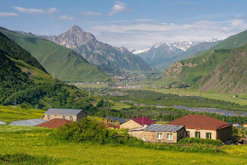Schöne Landschaft von Kazbegi-Tal in der Sommersaison, Kaukasus-Strecke, Georgia lizenzfreie stockfotos