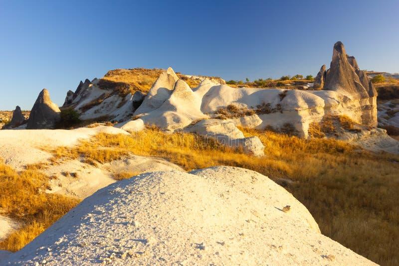 Schöne Landschaft von magischen Formen des Sandsteinfelsens nahe Goreme-Dorf, Cappadocia, die Türkei stockfoto