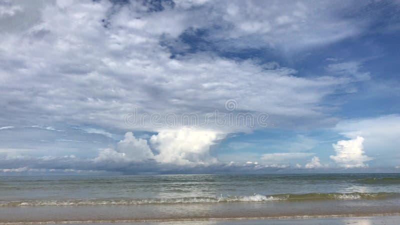 Schöne Landschaft von Meer und von Weiß des blauen Himmels bewegt auf Strand wellenartig stock footage