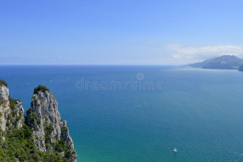 Schöne Landschaft von Ozean und von Himmel stockbild