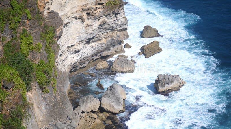 Schöne Landschaft von Steinklippen, von Meereswogen und von oceanscape Von der Luftdraufsicht Bali, Indonesien stockfotos