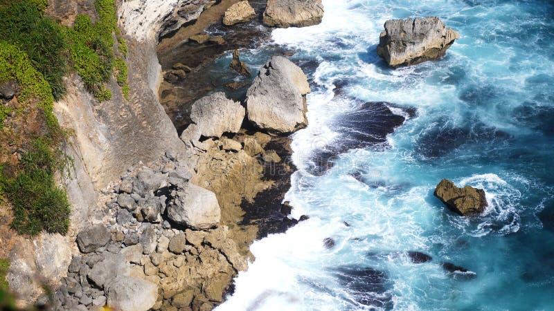Schöne Landschaft von Steinklippen, von Meereswogen und von oceanscape Von der Luftdraufsicht Bali, Indonesien lizenzfreie stockfotografie