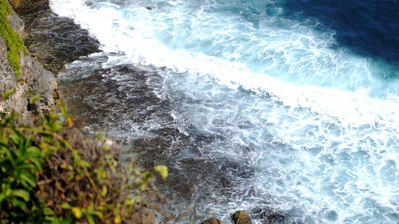 Schöne Landschaft von Steinklippen, von Meereswogen und von oceanscape Von der Luftdraufsicht Bali, Indonesien lizenzfreies stockbild
