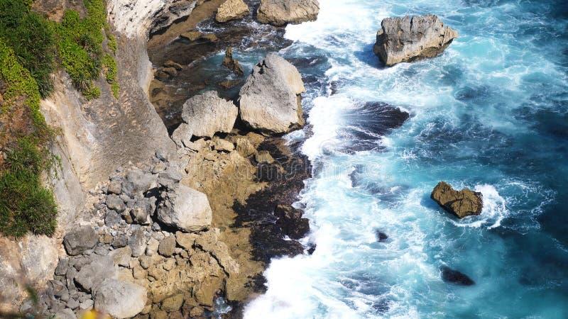 Schöne Landschaft von Steinklippen, von Meereswogen und von oceanscape Von der Luftdraufsicht Bali, Indonesien stockfoto