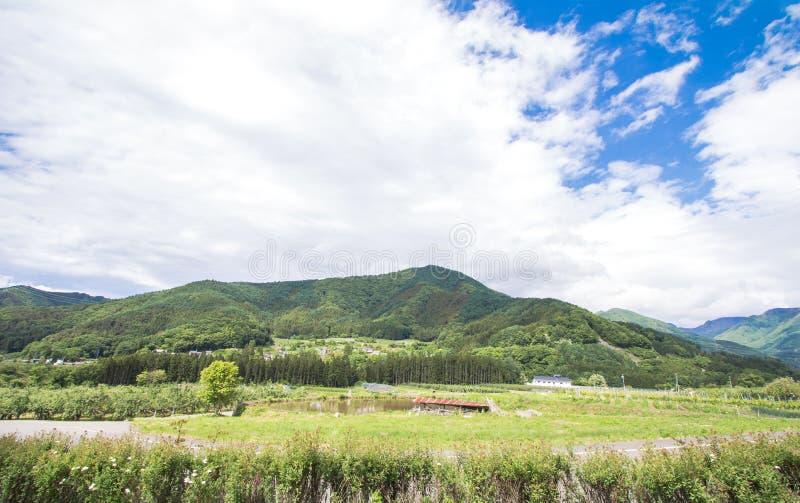 Schöne Landschaft von Takayama Mur am sonnigen Sommer- oder Frühlingstag und blauer Himmel in Kamitakai-Bezirk in Nordost-Nagano lizenzfreie stockfotos