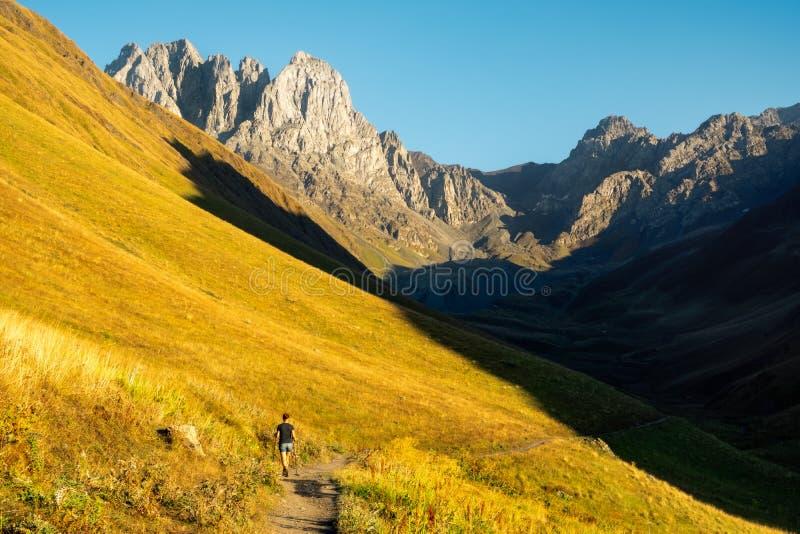 Schöne Landschaftsansicht von Bergen und von Frau Trekker, Kazbegi, Land von Georgia stockfoto