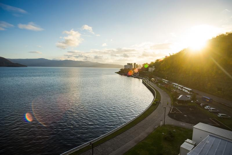 Schöne Landschaftsansicht von See Toya, Hokkaido, Japan gegen stockbild