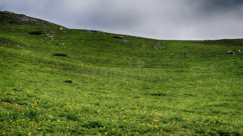 schöne Landschaftslandschaft von Bergen unter dunklen Wolken stockfotos