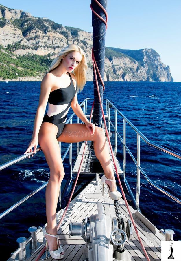 sch ne langbeinige blondine auf yacht stockbild bild. Black Bedroom Furniture Sets. Home Design Ideas
