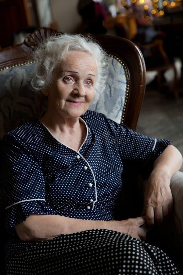 Schöne lange graue behaarte ältere Frau lizenzfreie stockbilder