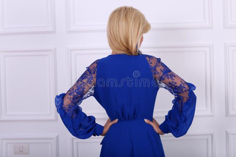 Schöne langhaarige Frau im blauen Kleid stockbilder