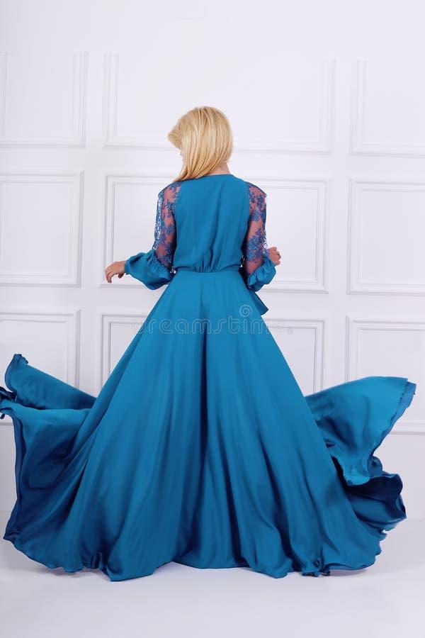 Schöne langhaarige Frau im blauen Kleid lizenzfreies stockbild