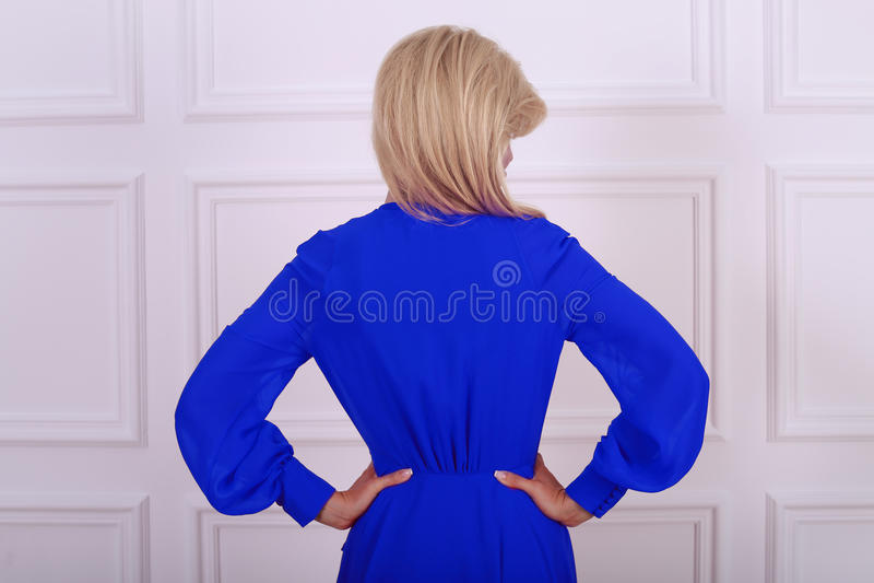 Schöne langhaarige Frau im blauen Kleid stockfotos