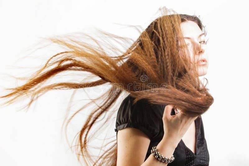 Schöne langhaarige junge Frau hat einen Traum stockfoto